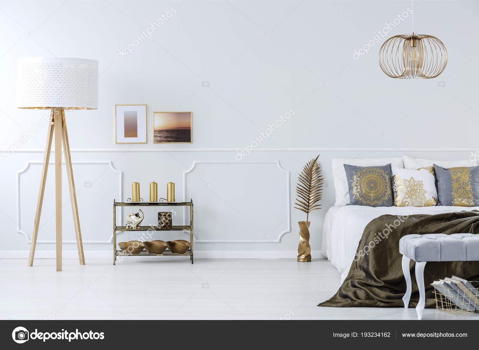 Grijze Slaapkamer Meubels : Elegante gouden versieringen een luxe licht grijze slaapkamer