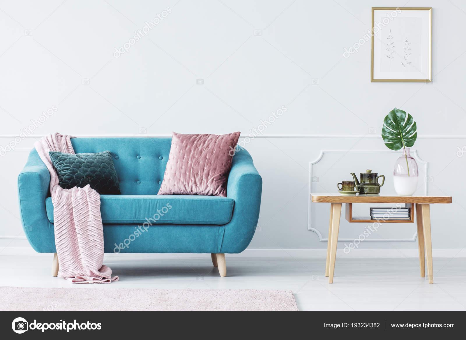 Kleurrijke Interieurs Pastel : Roze kussen turquoise bank naast houten tafel pastel woonkamer