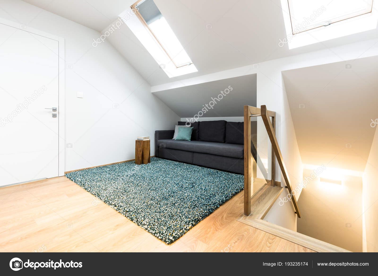 Versteckte Grau Sofa Mit Kissen Auf Dem Dachboden Neben Treppen ...