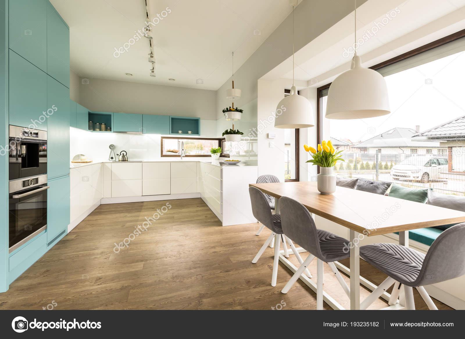 Weiße Und Blaue Küche Interieur Mit Großem Esstisch Stühle