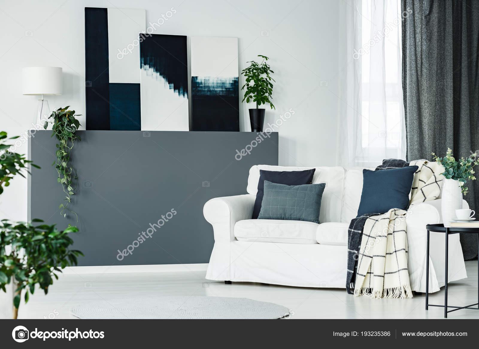 Muur Plank Voor Schilderijen.Moderne Kunst Schilderijen Geplaatst Een Muur Plank Met Lamp Verse