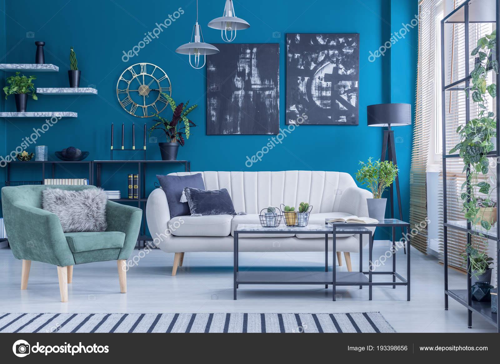 Beige Sofa Und Grünen Sessel Gegen Blaue Wand Mit Schwarzen ...
