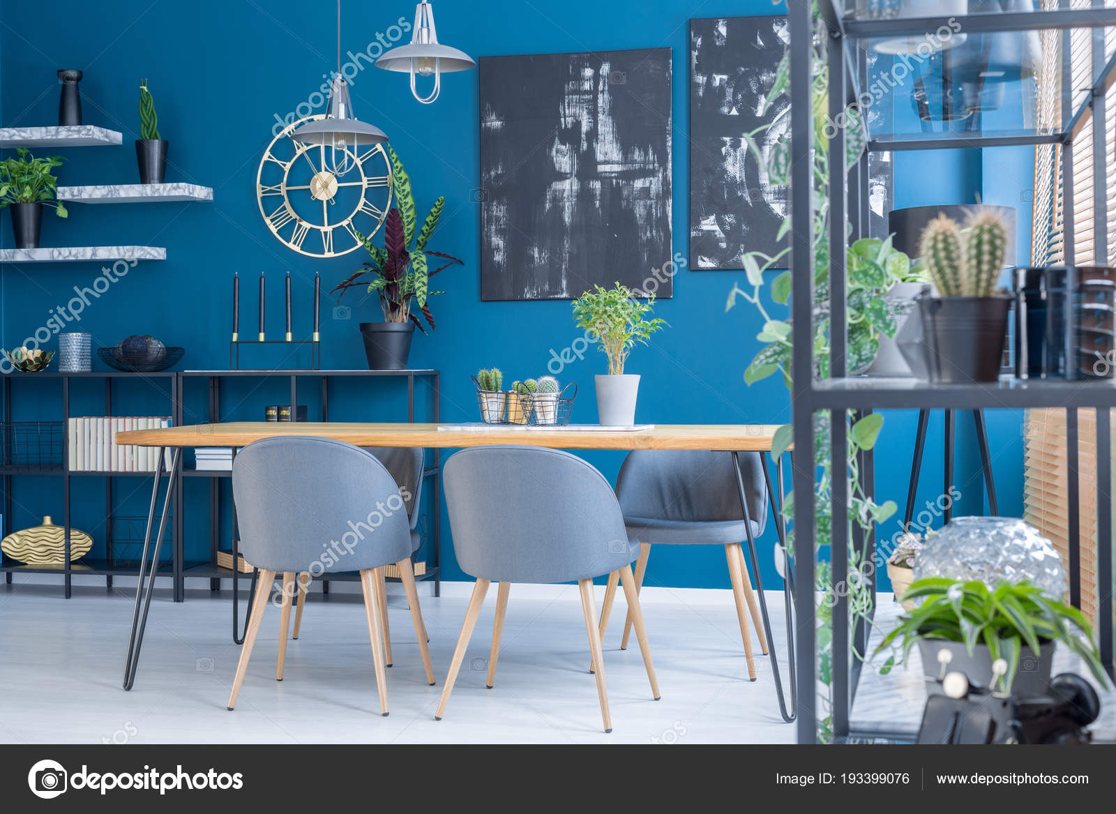 Chaises Grises Table Bois Dans Salle Manger Bleu Interieur Avec
