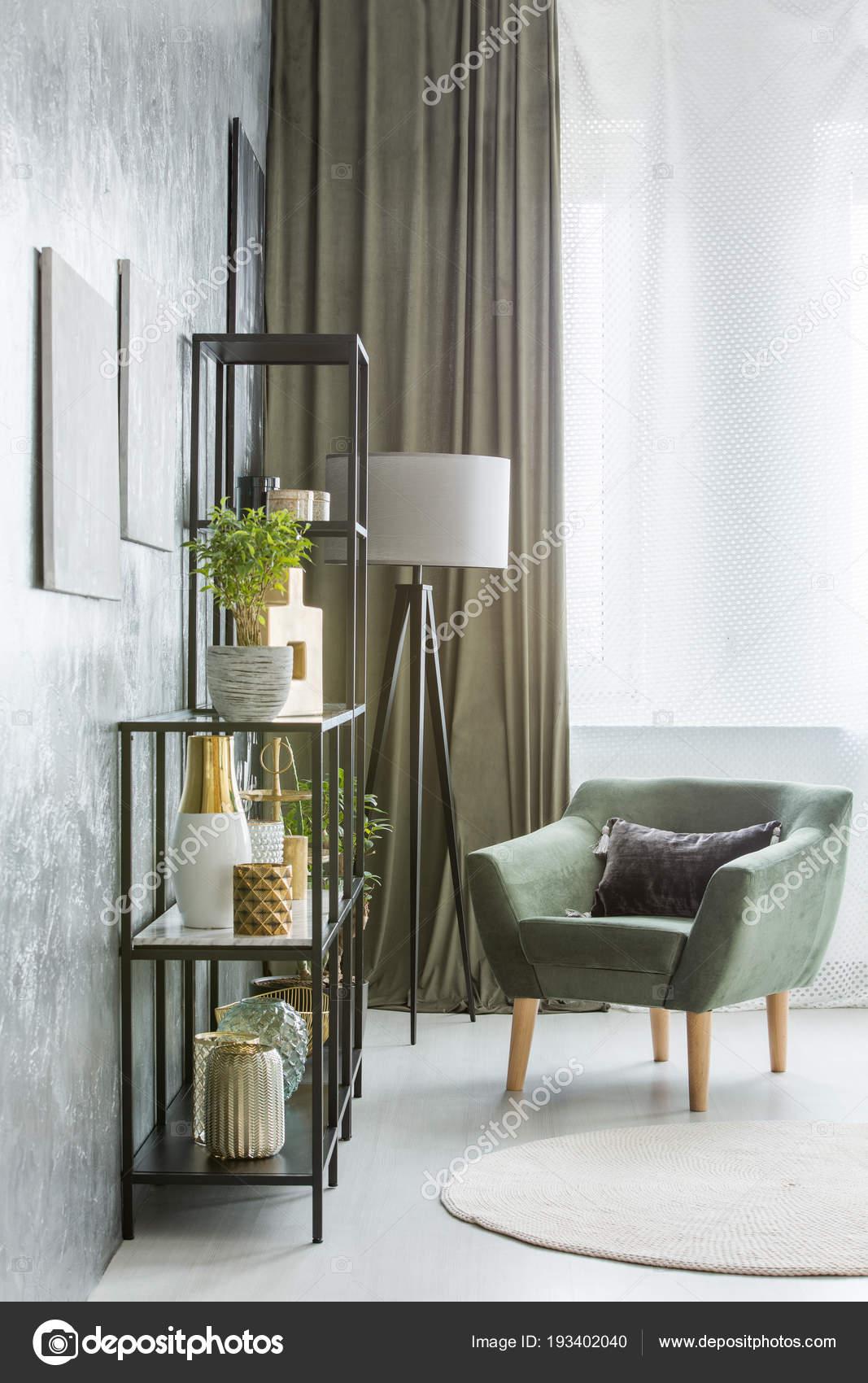 Grüne Sessel Neben Regalen Und Lampe Wohnzimmer Interieur ...