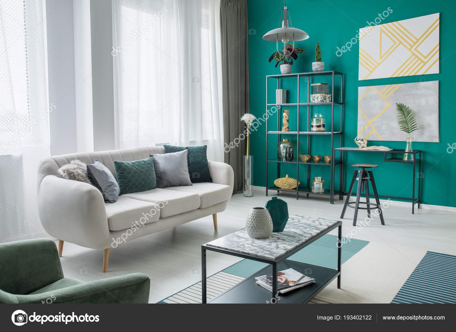 Groene Wand Woonkamer : Gouden posters groene muur gezellige woonkamer interieur met beige