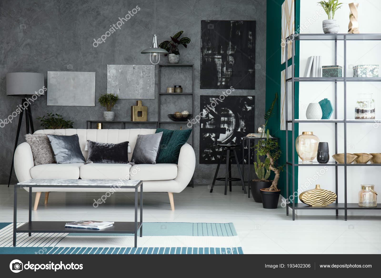 beige bankstel en tabel in woonkamer interieur met galerij op grijs muur en de planken foto van photographeeeu