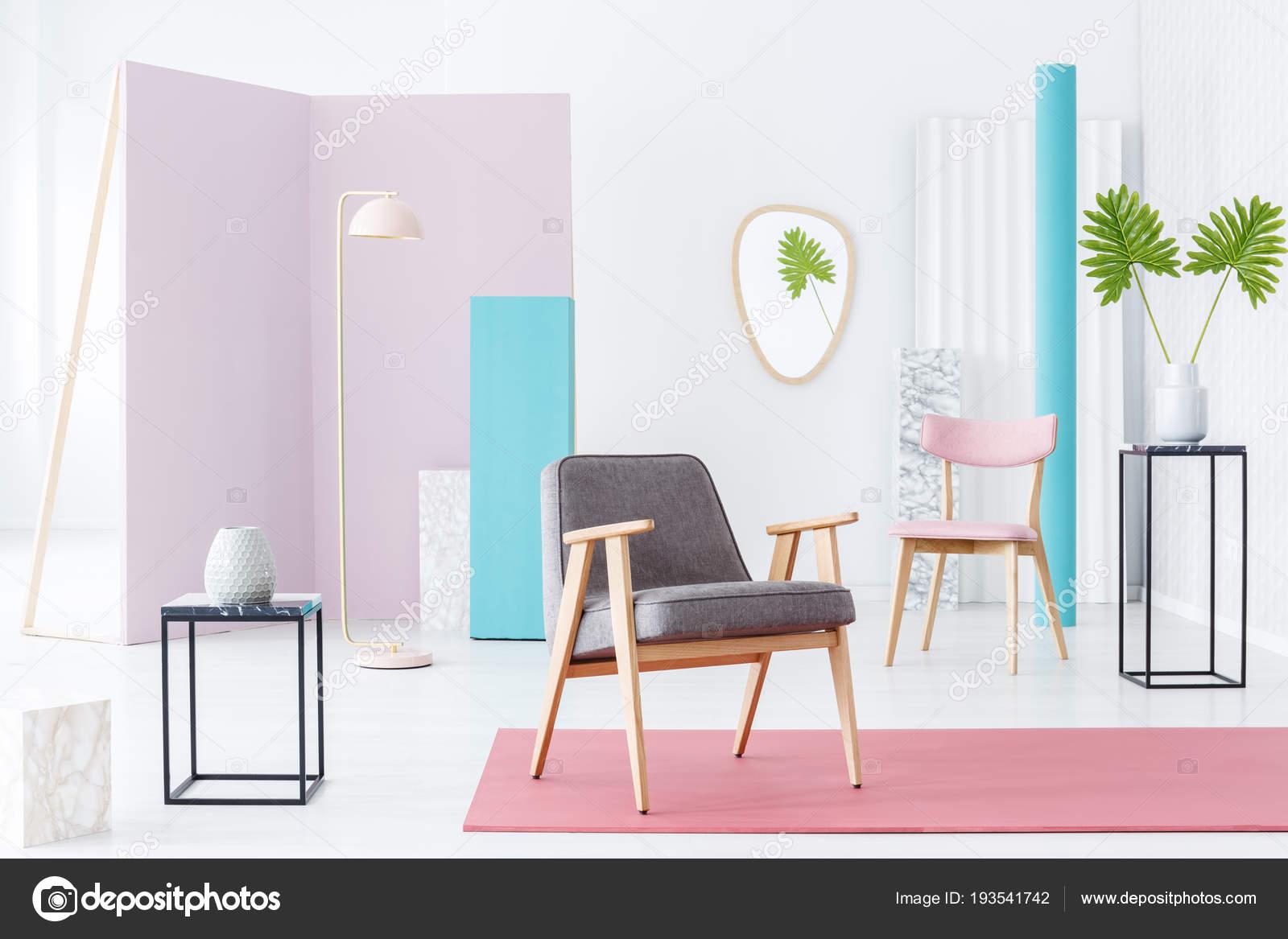 Kleurrijke Interieurs Pastel : Grijze fauteuil een pastel kamer interieur met rode tapijt roze