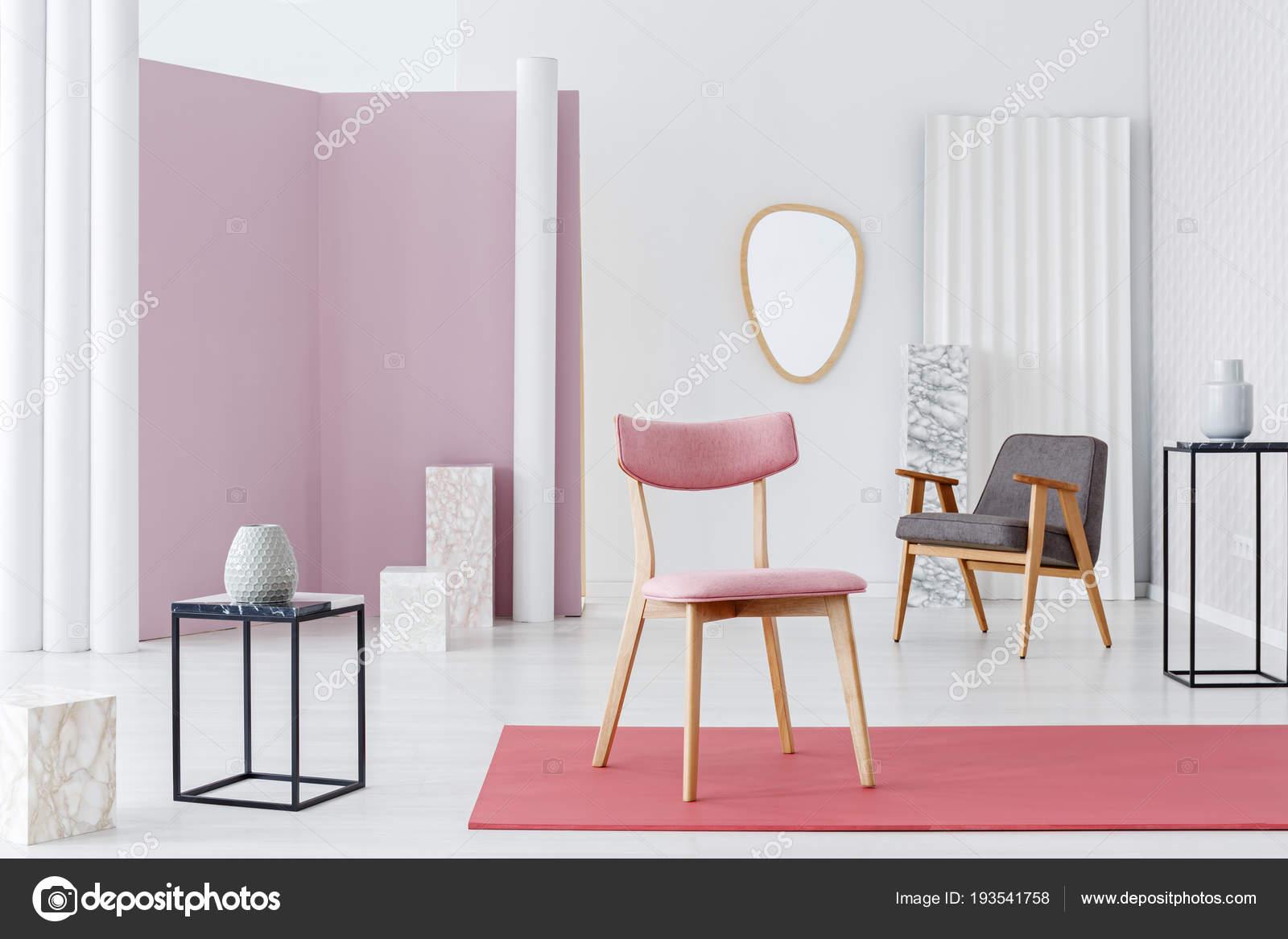 Rosa, Gepolsterter Stuhl, Moderne Sessel Und Marmor Würfel Dekorationen In  Einem Weißen Edel Und Luxuriös Wohnzimmer Interieur Mit Minimalistischem  Design ...