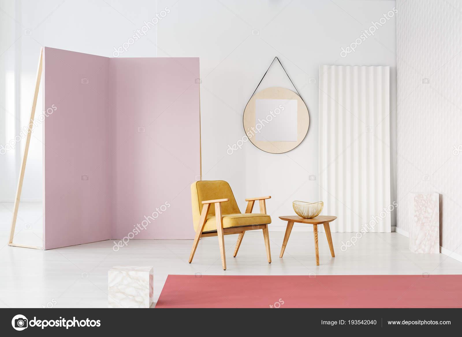 Kleurrijke Interieurs Pastel : Pastel foto studio interieur met gele leuningstoel roerende paarse