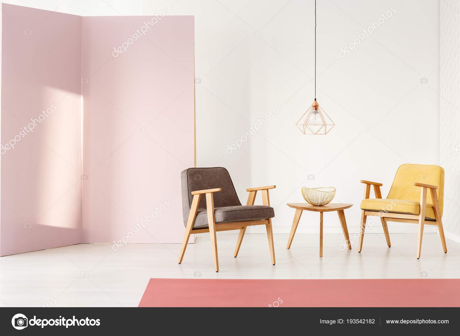 Feminine wohnzimmer interieur mit pastell wand vintage sessel und