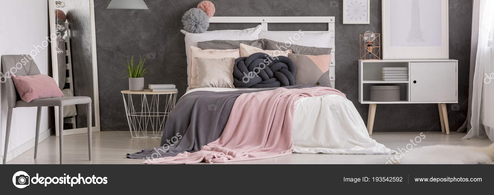 Weißes Bett Mit Vielen Kissen Und Grauer Stuhl Spiegel Schrank ...