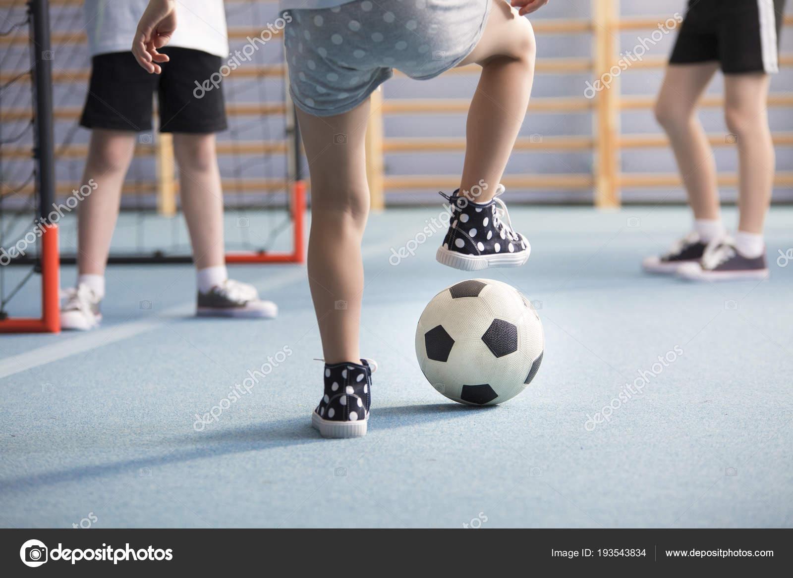 adbe809e9e1 Detail Nohy Chlapecké Tenisky Nosit Při Hraní Fotbalu Hřišti — Stock  fotografie