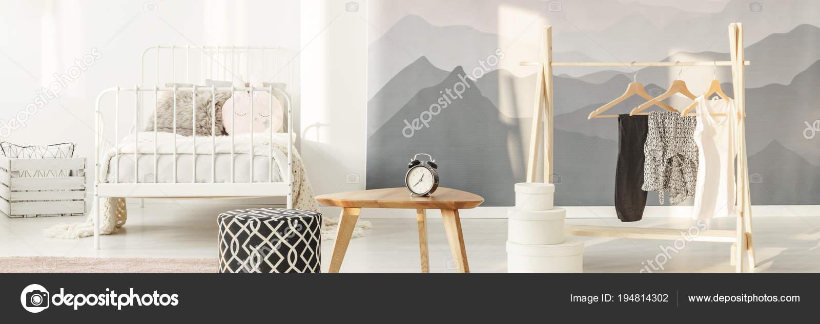 Uhr Und Kleidung Im Schlafzimmer Stockfoto C Photographee Eu