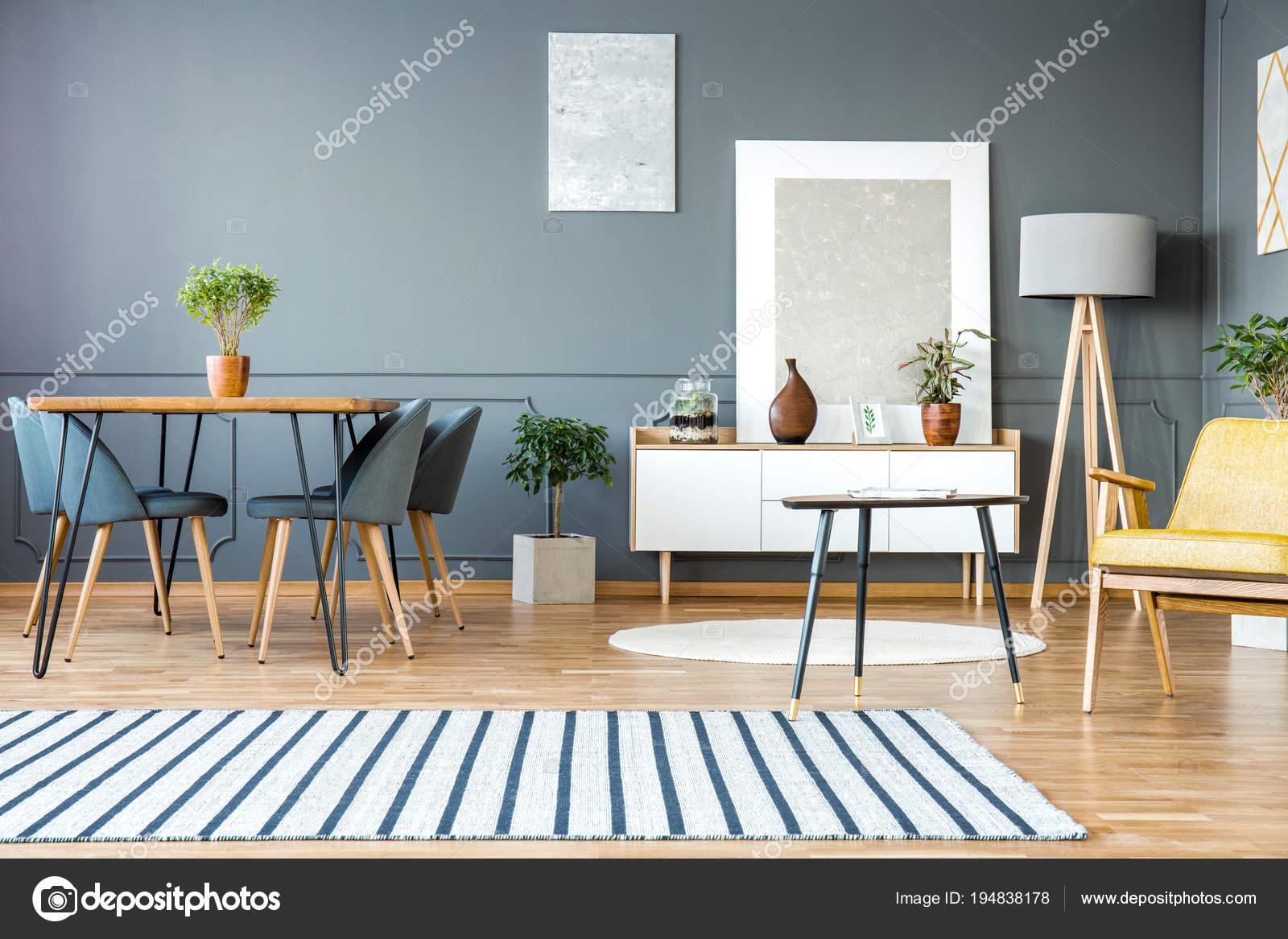Gestreiften Teppich In Grau Wohnung Interieur Mit Stühle Am Esstisch Und  Gemälde An Der Wand U2014 Foto Von Photographee.eu