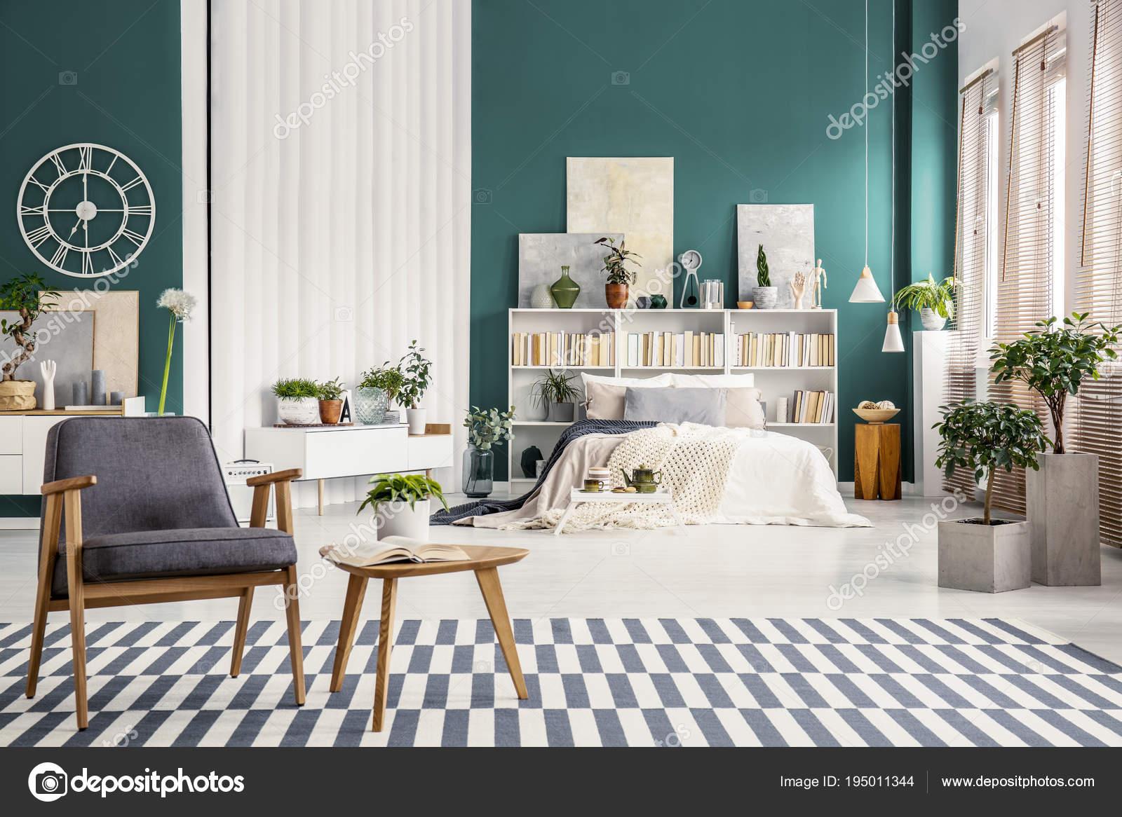 Weißes Bett gegen grüne Wand — Stockfoto © photographee.eu ...