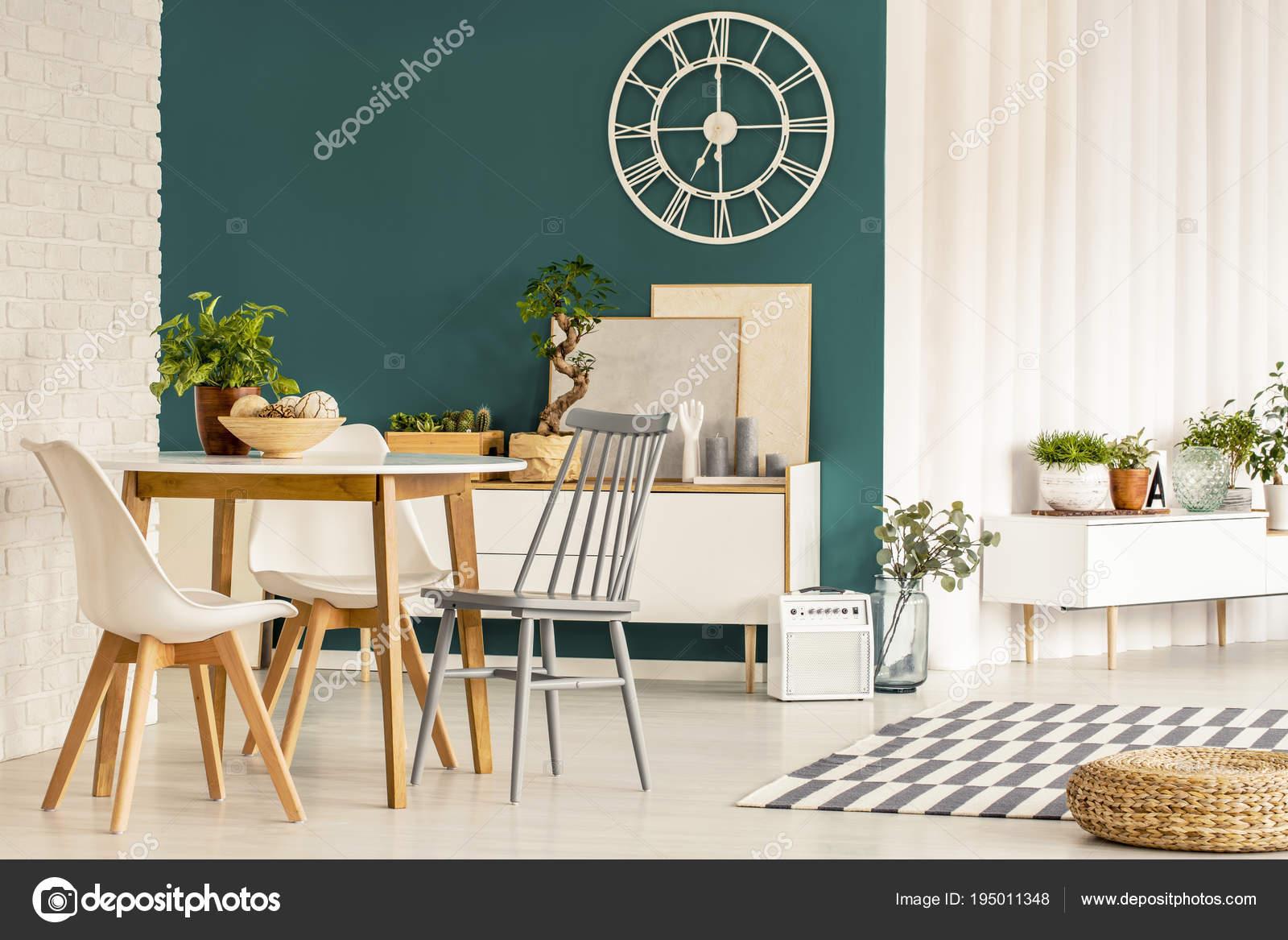 Eetkamer met groene muur u stockfoto photographee eu