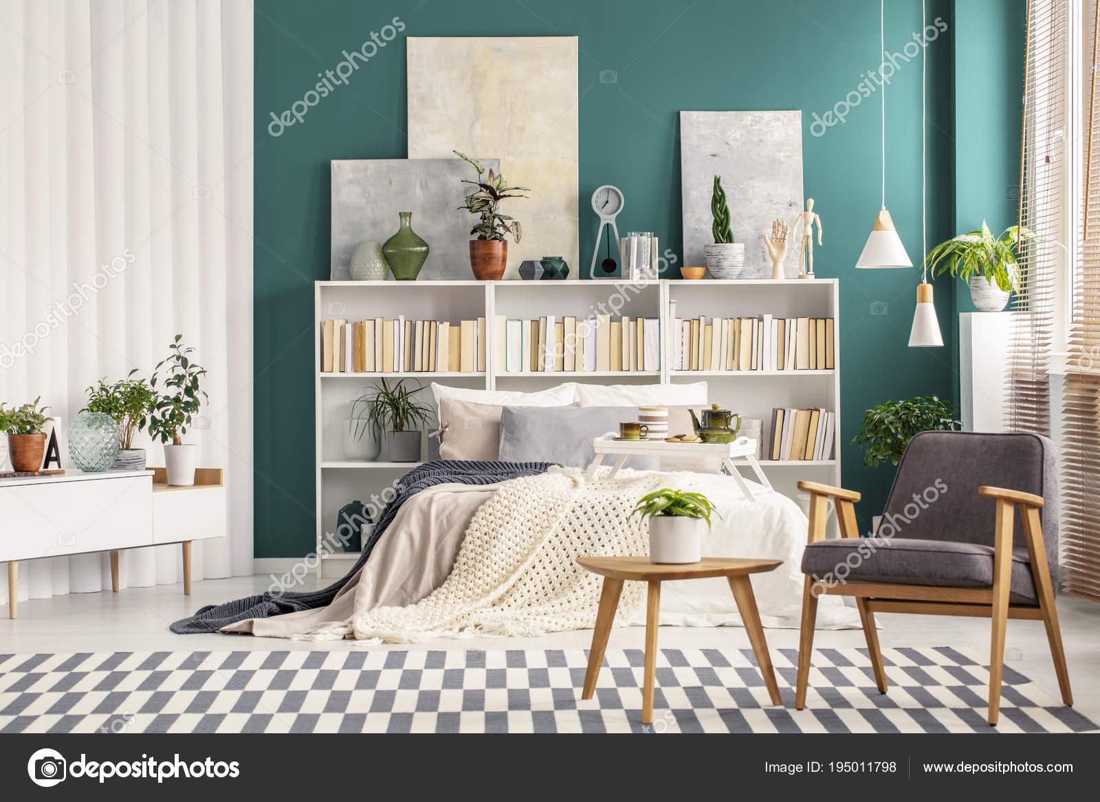 Verde smeraldo della parete nella camera da letto — Foto ...