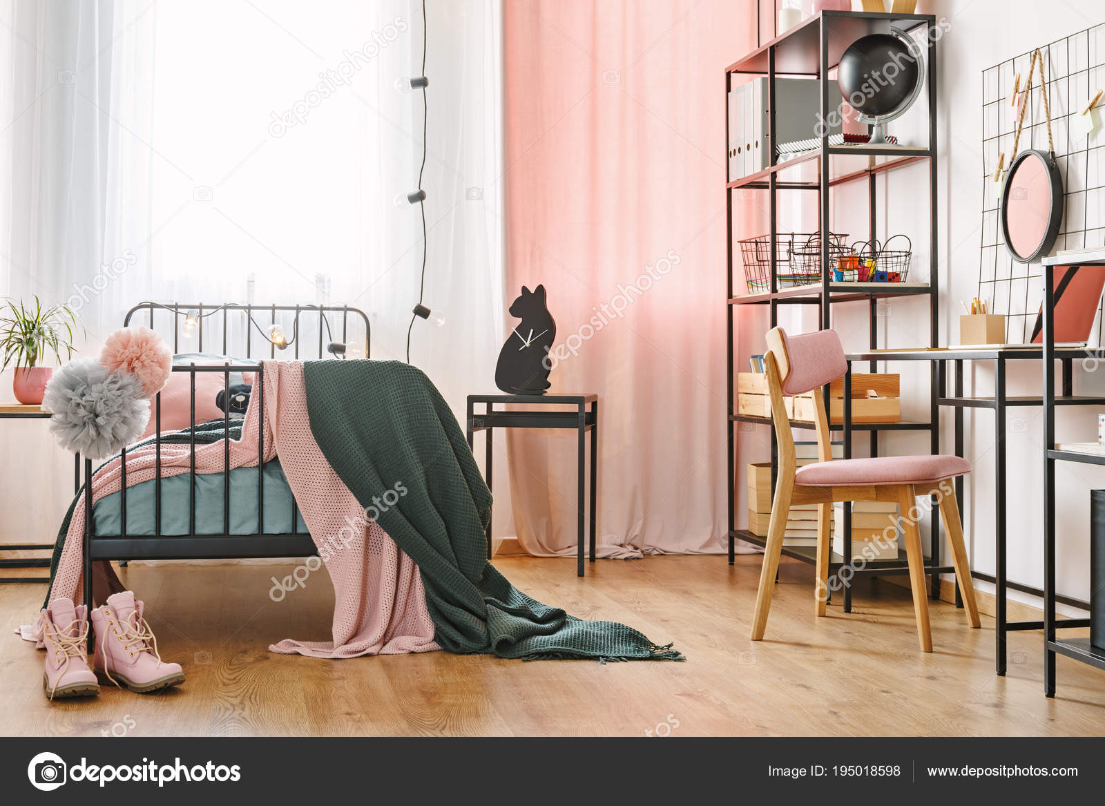 Industrieel zwarte meubilair in de slaapkamer — Stockfoto ...