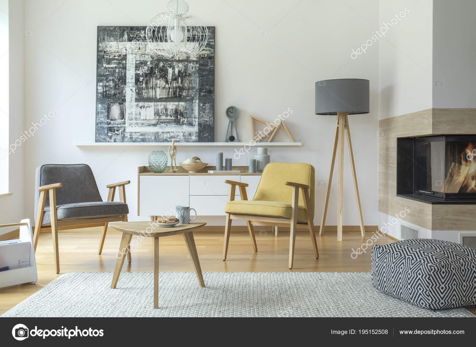 Grau Und Gelb Aus Holz Sessel Im Wohnzimmer Interieur Mit Gemusterten  Hocker In Der Nähe Von Kamin Und Lampe U2014 Foto Von Photographee.eu