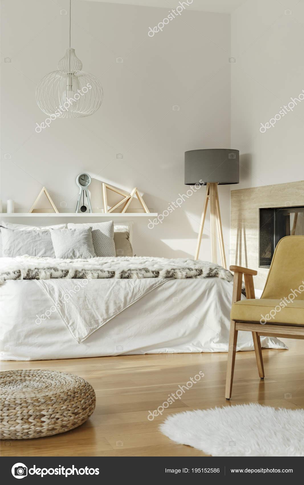 Lit King-Size dans l\'intérieur de la chambre à coucher ...