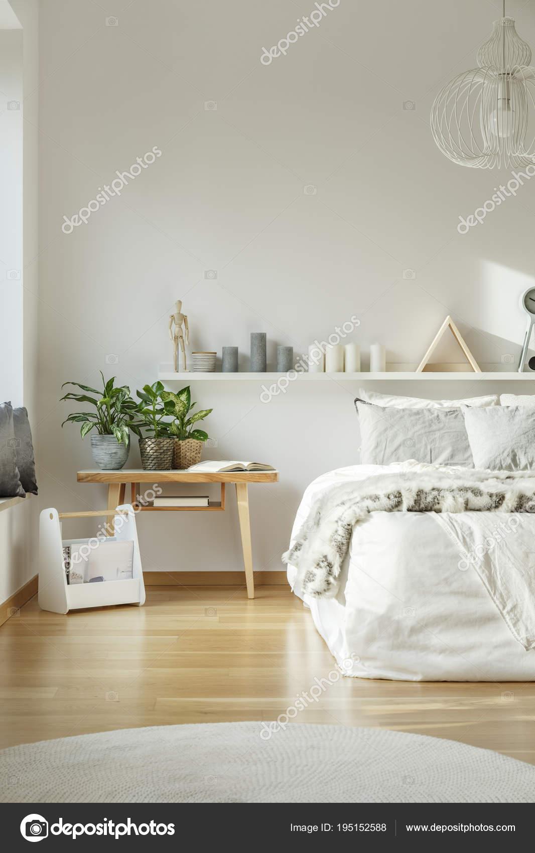 Chambre Blanche Et Bois cozy, white bedroom interior — stock photo © photographee.eu