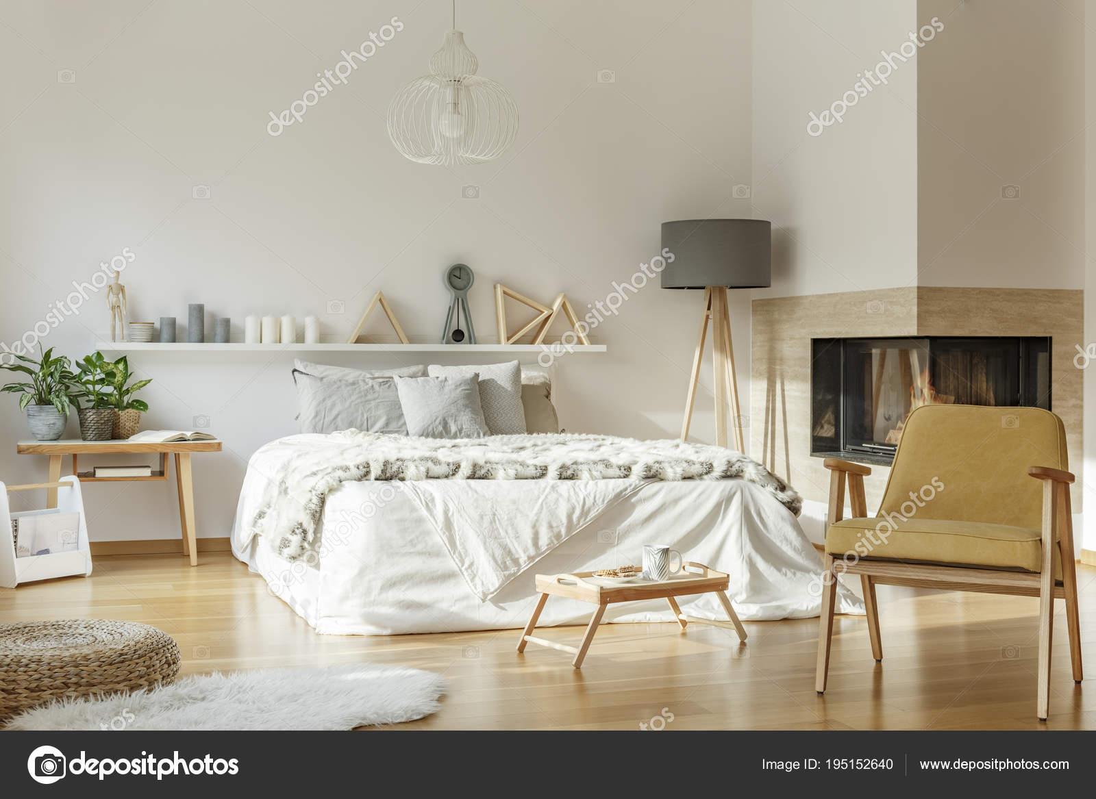Gemütliches Schlafzimmer mit Teppich — Stockfoto © photographee.eu ...