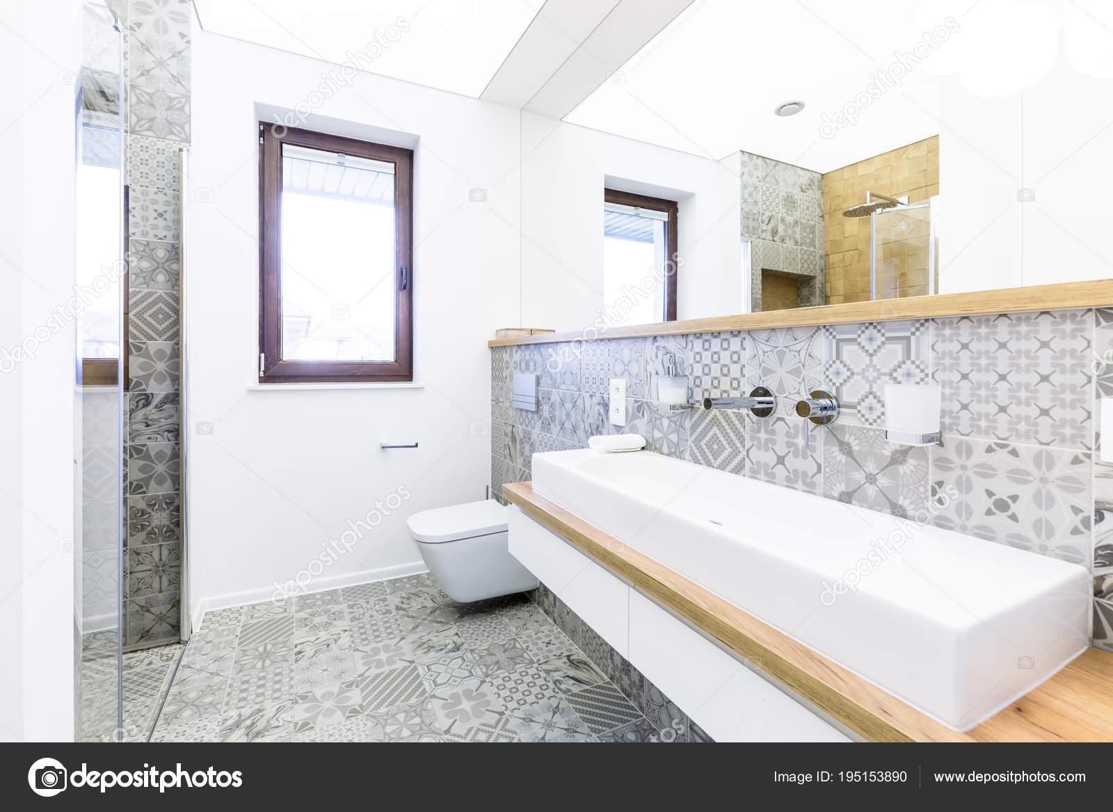 Moderno bagno con piastrelle a motivi geometrici u foto stock