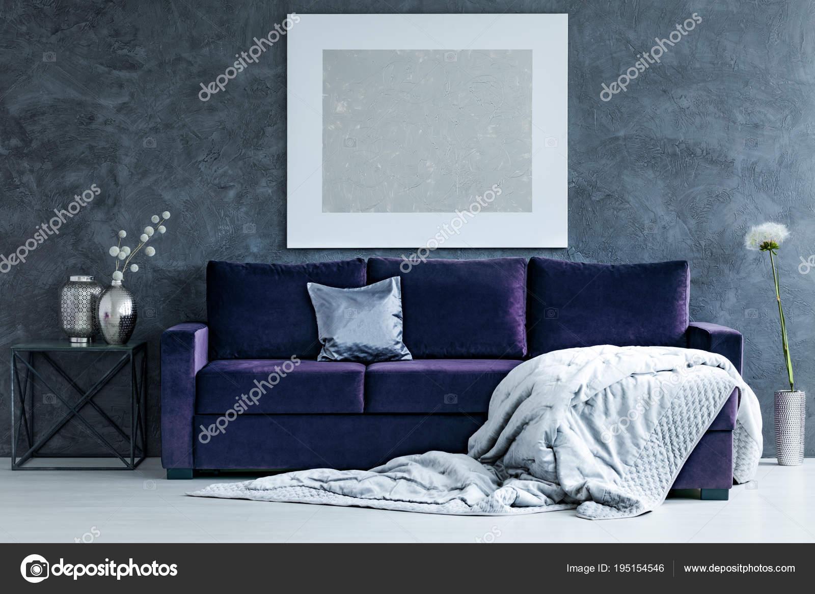 Silbernen Anstrich Auf Graue Wand über Lila Sofa Mit Decke Im Wohnzimmer  Interieur Mit Löwenzahn U2014 Foto Von Photographee.eu