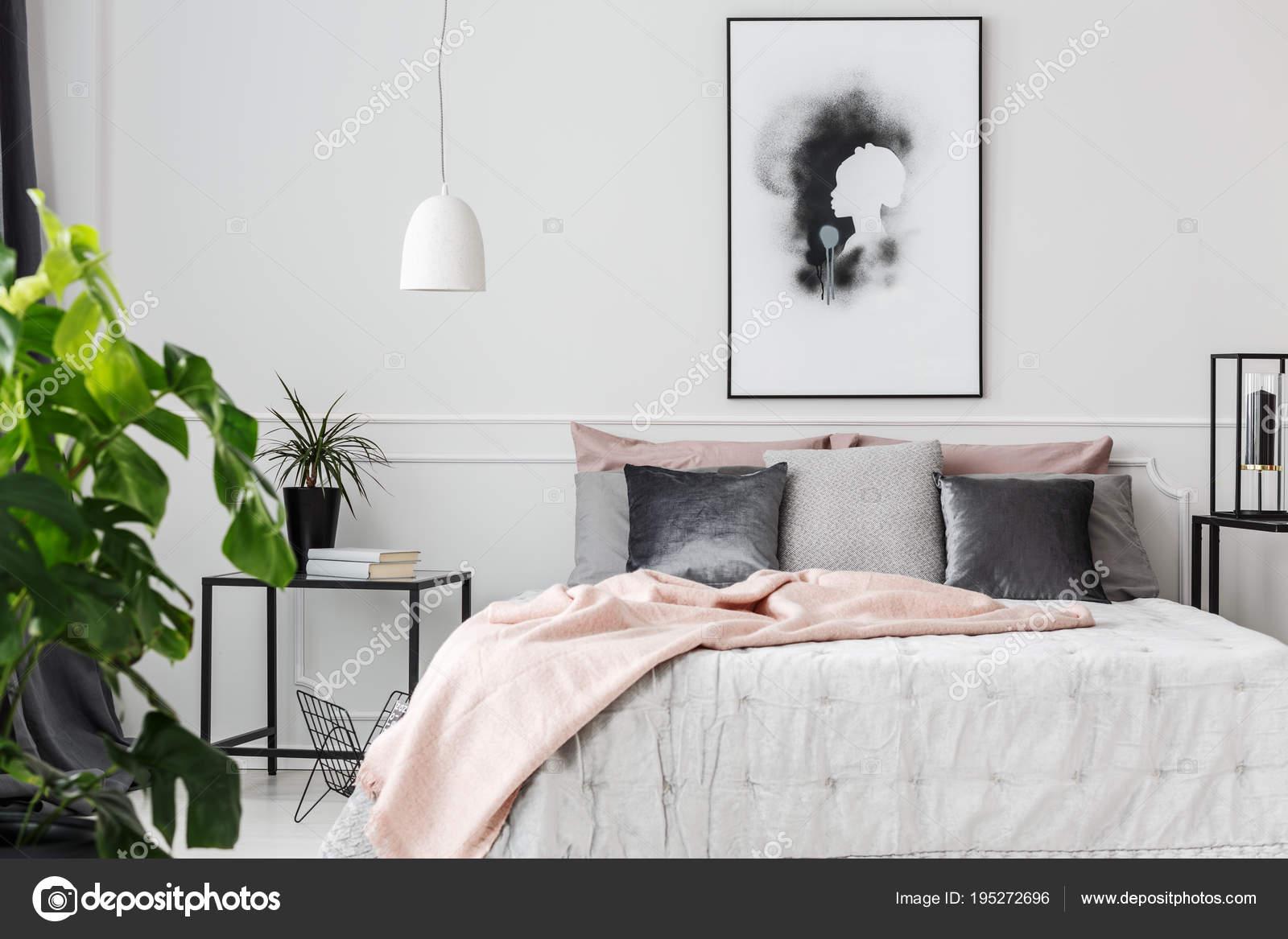 Slaapkamer Grijs Roze : Roze deken van vrouwelijke slaapkamer u stockfoto photographee