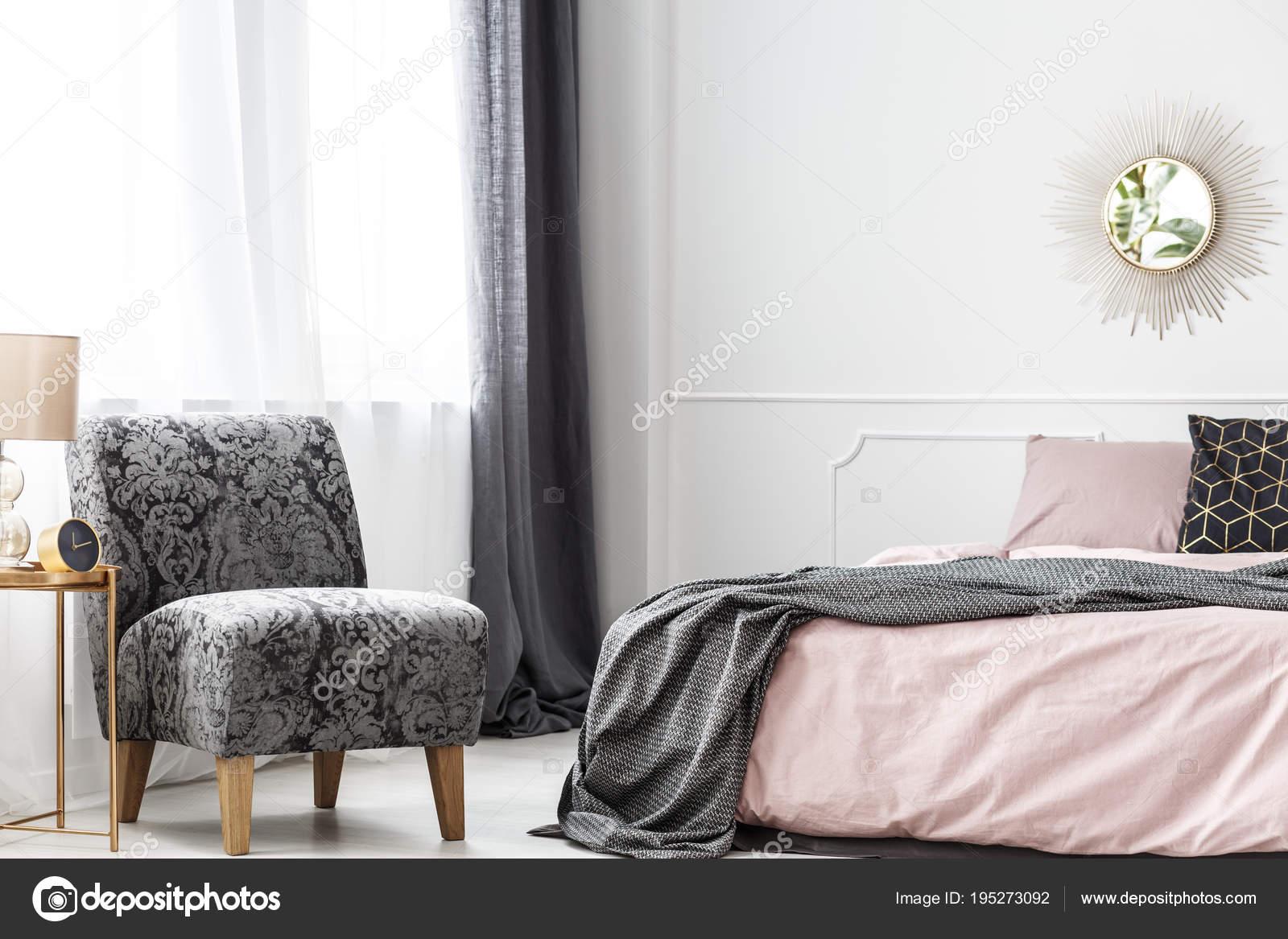 Minimalistisches Hotel Schlafzimmer mit Sessel — Stockfoto ...
