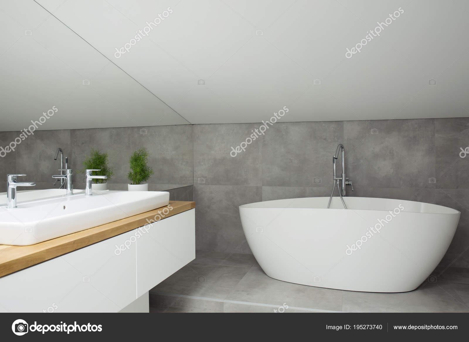 Interior gris del cuarto de baño con bañera — Foto de stock ...