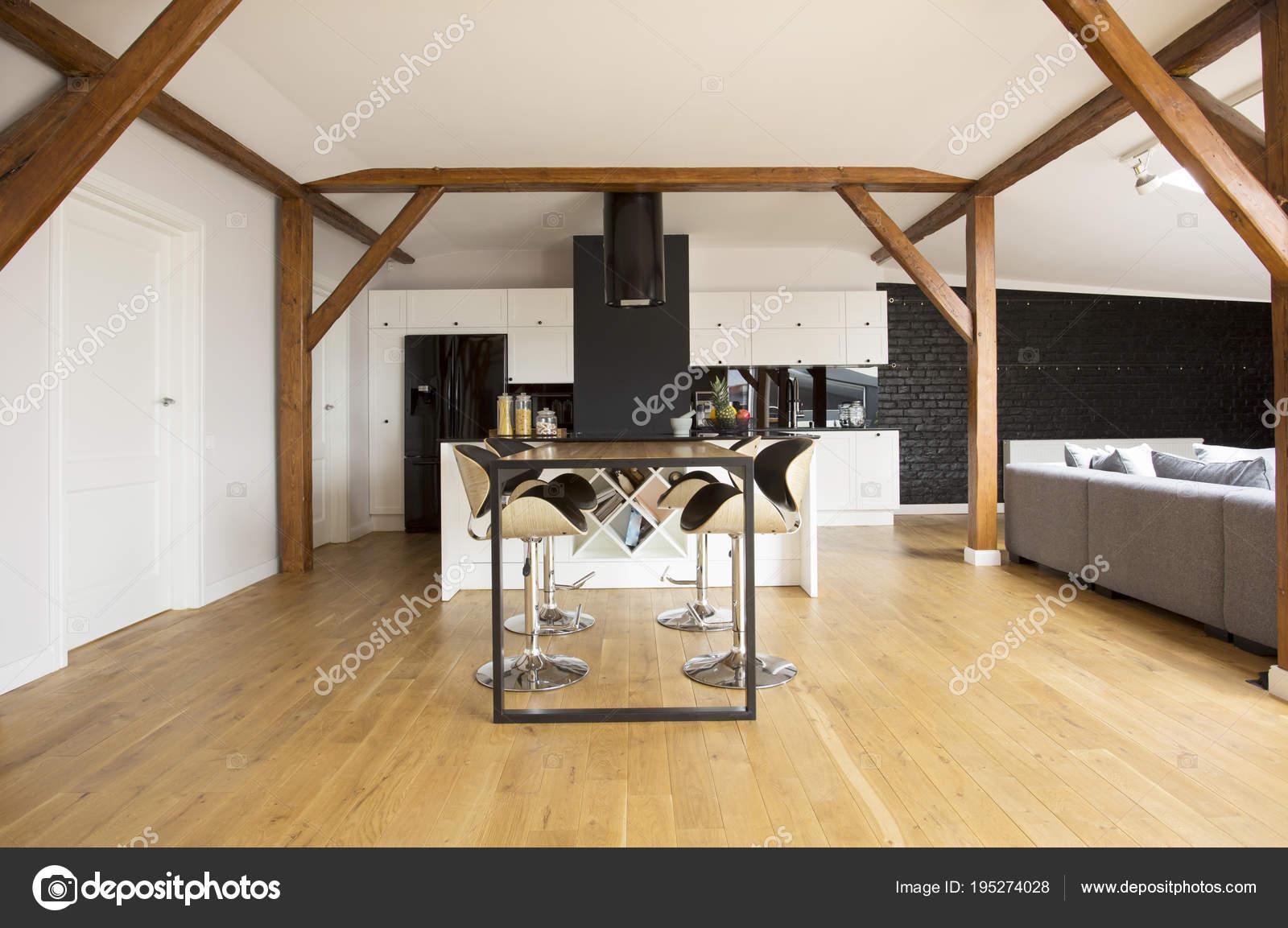 Bar sgabelli e tavolo u foto stock photographee eu