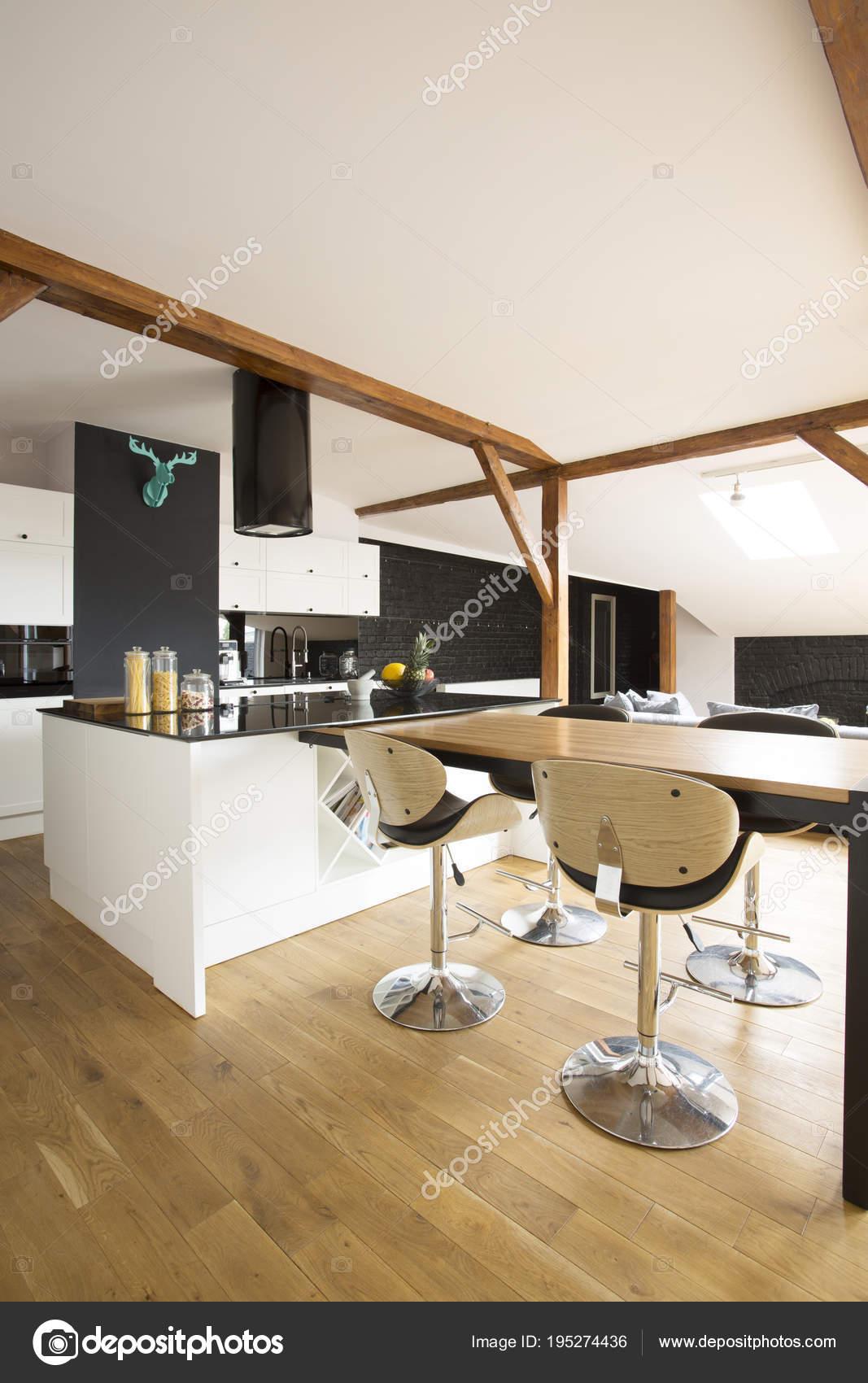 Küche mit Barhocker — Stockfoto © photographee.eu #195274436