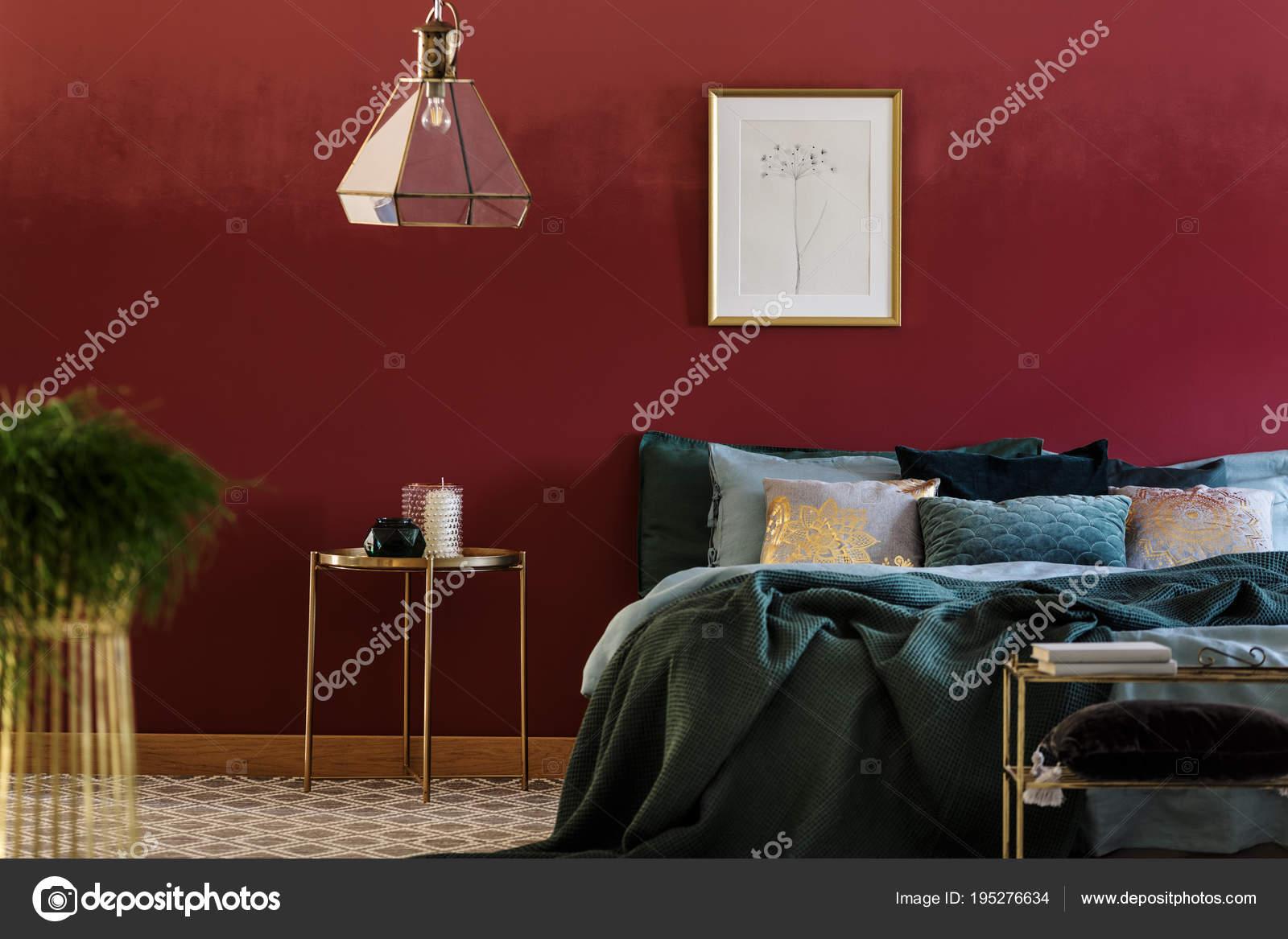 Bett mit vielen Kissen — Stockfoto © photographee.eu #195276634