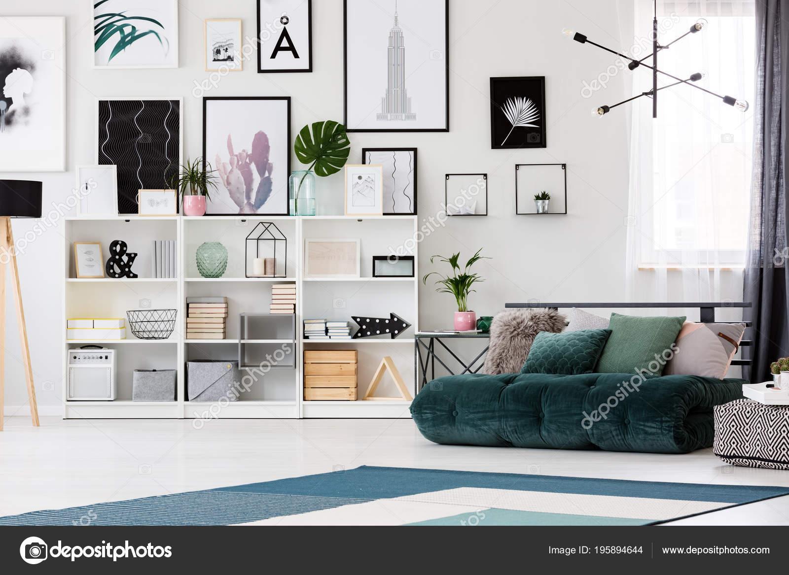 Planken Tegen Muur.Lamp Boven Groen Futon Met Kussens Naast Planken Tegen Muur