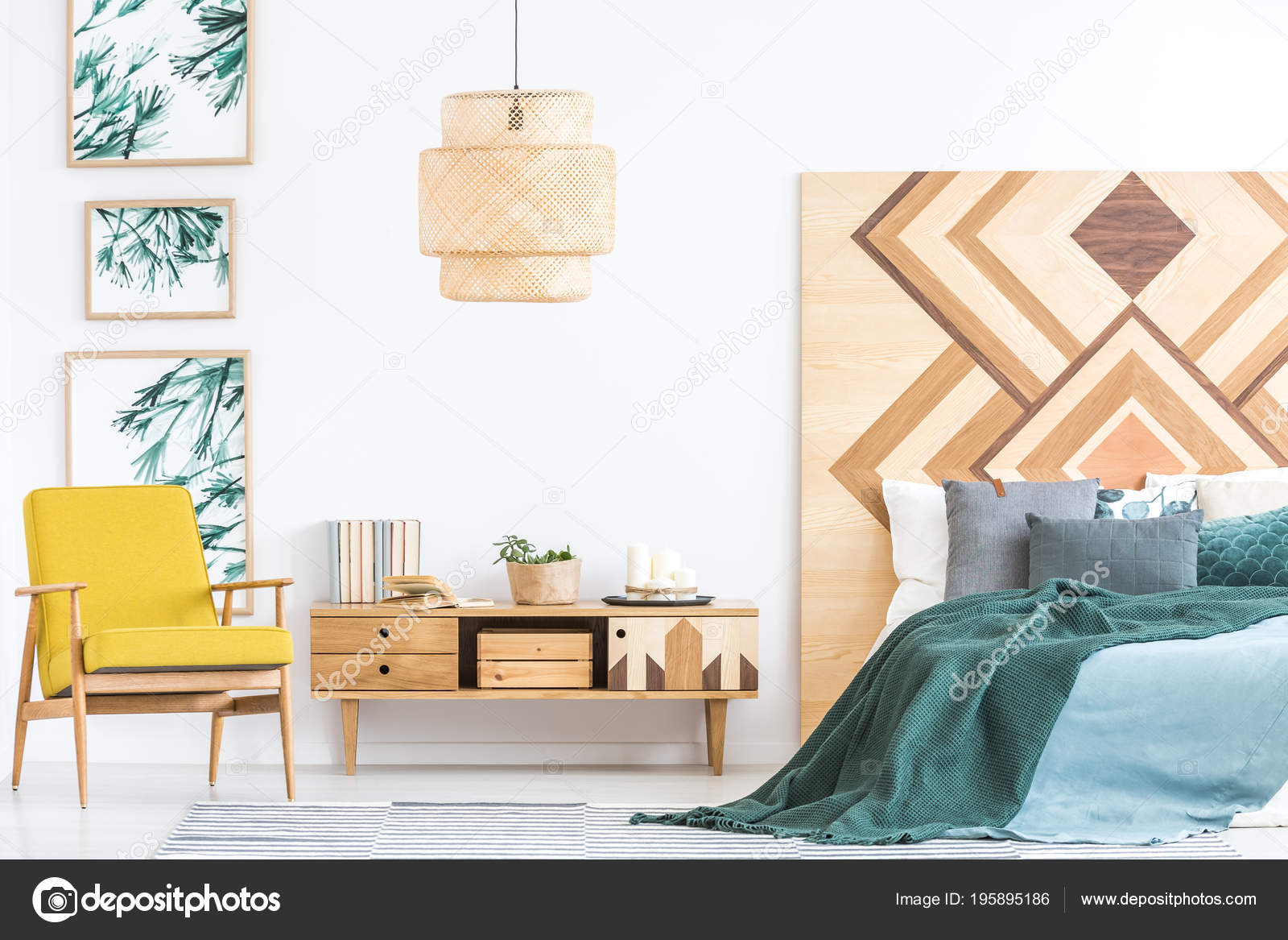 Houten Slaapkamer Kast : Houten kast tussen gele fauteuil groene bed slaapkamer interieur met