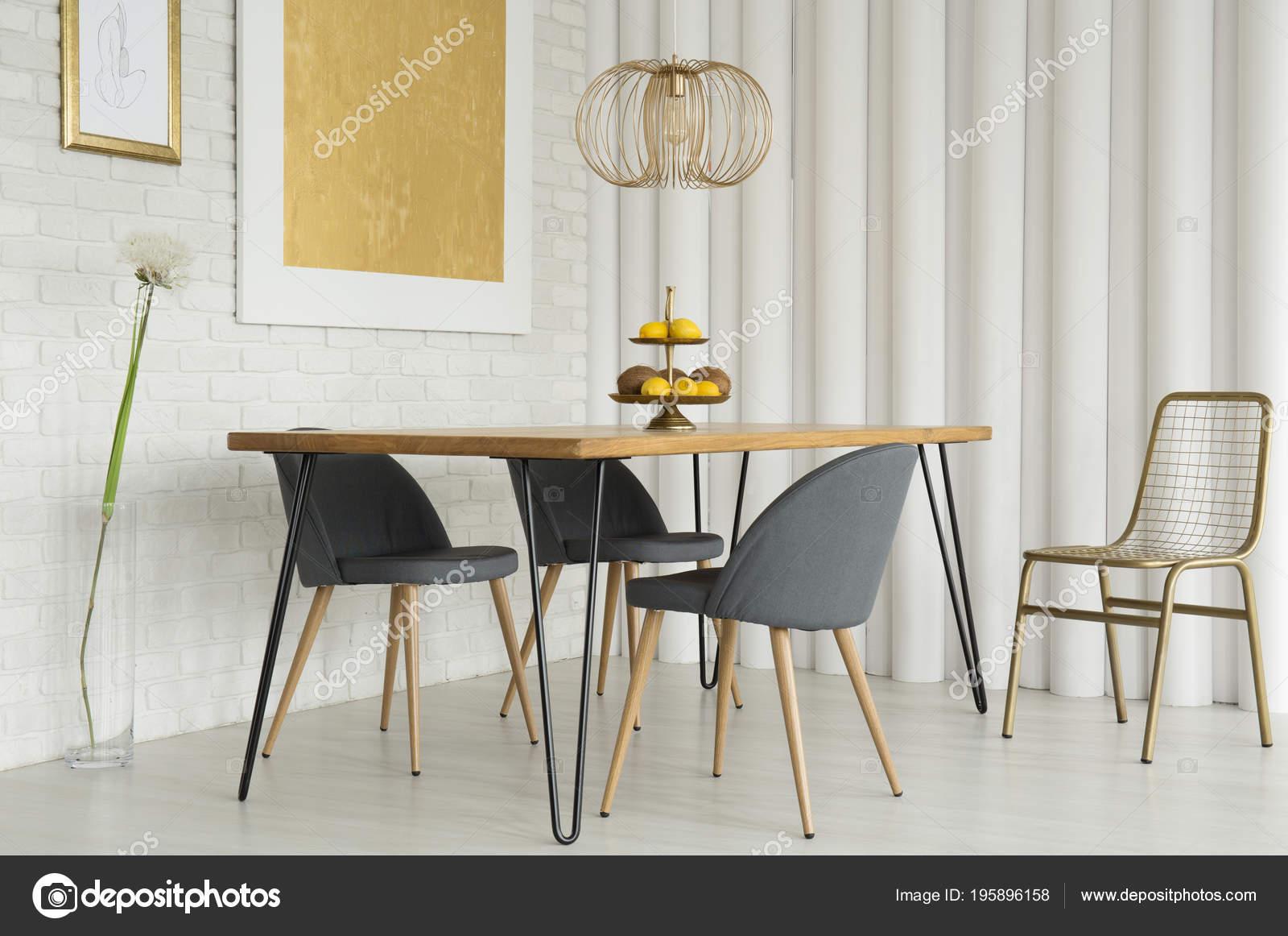 Simple Comedor Interior Con Pintura Oro Sillas Gris Pared Ladrillo ...