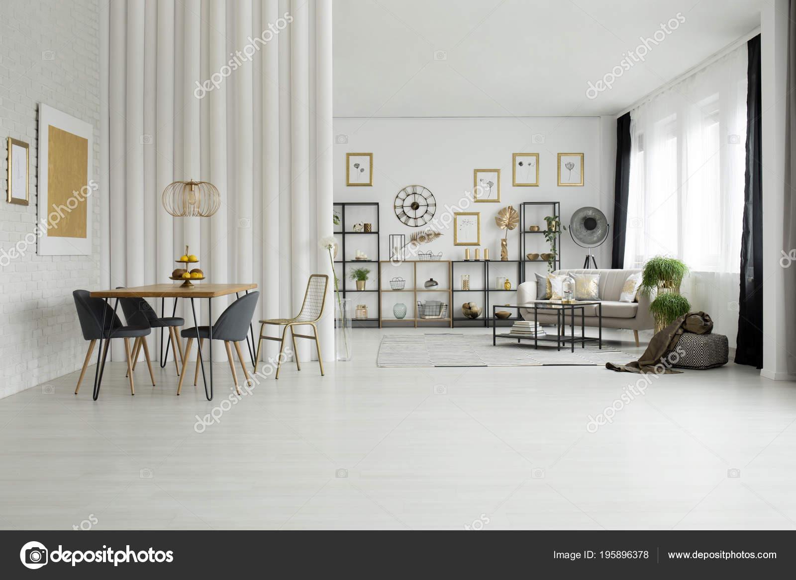 Sedie tavolo pranzo interno luminoso open space con divano oro