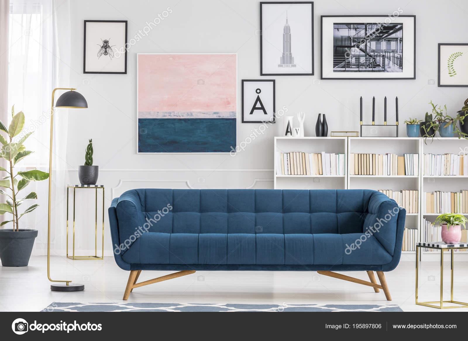 Bequeme Blaue Couch Inmitten Einer Weißen Wohnzimmer Interieur Mit