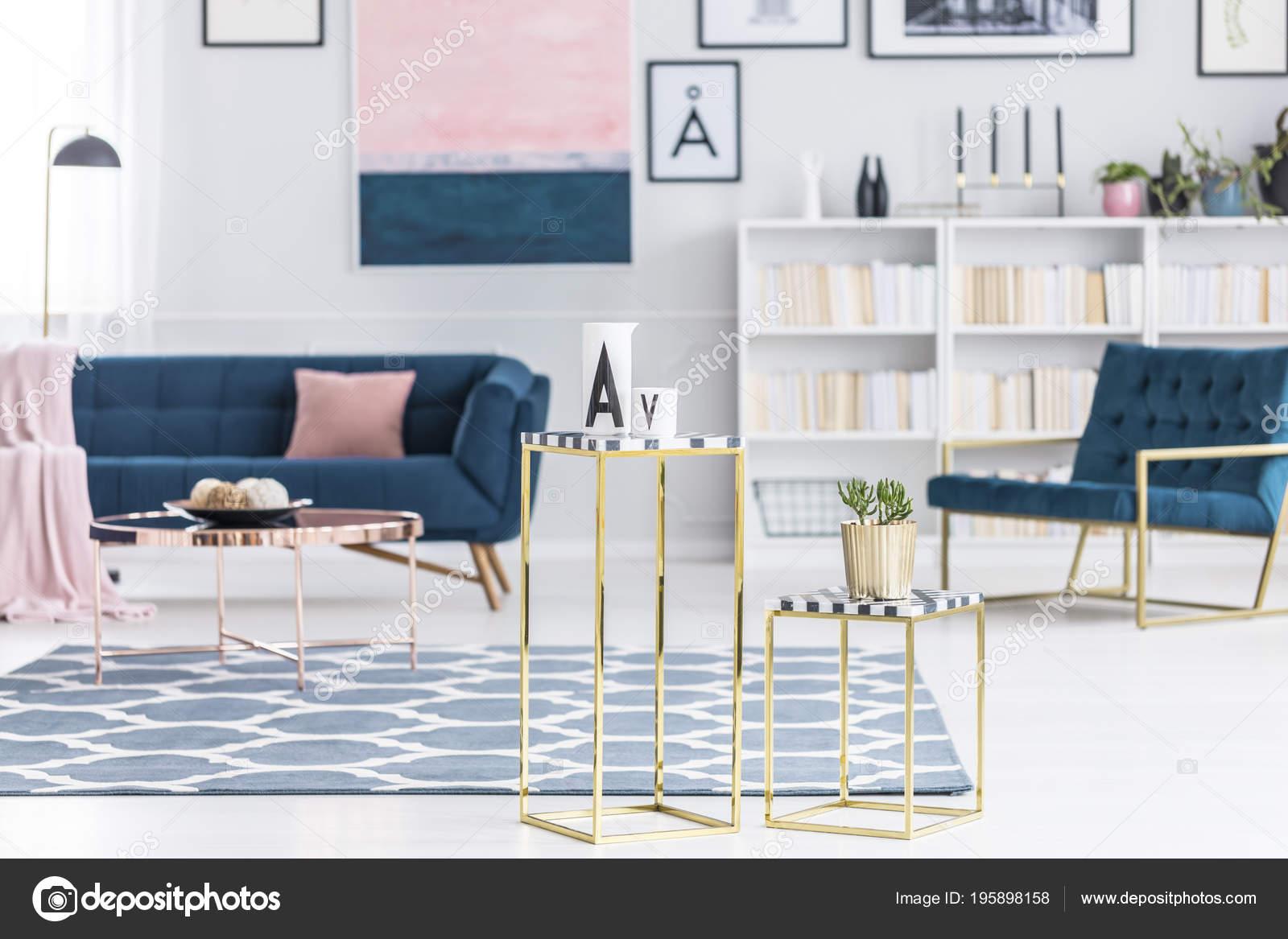 Oro sgabelli interno lussuoso salone con tappeto motivi cuscino