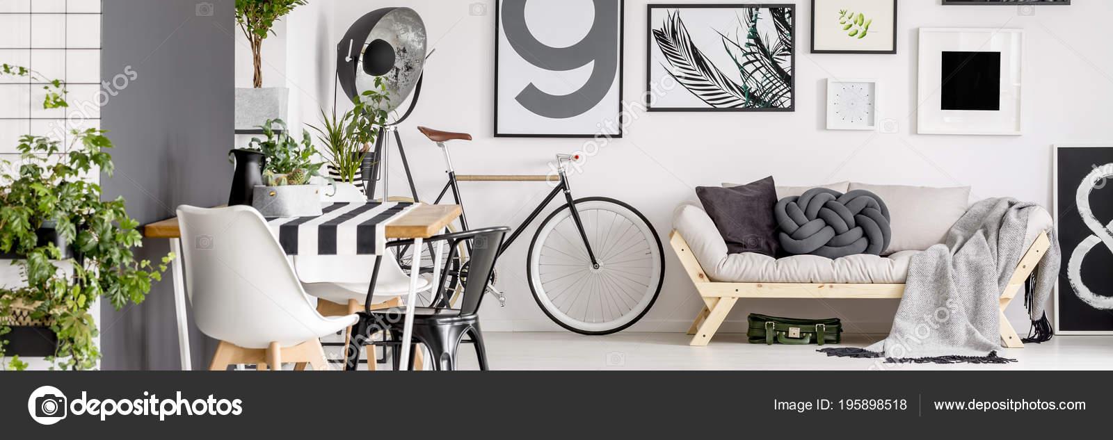 Einfache Plakate Hängen Weiße Wand Wohnzimmer Interieur Mit Fahrrad ...