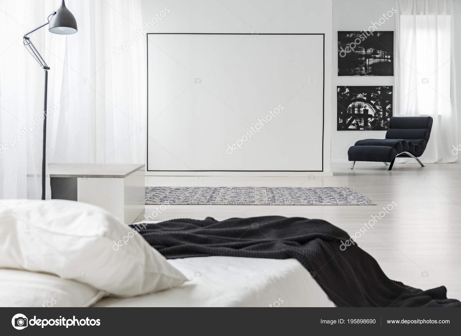 Zwarte vierkante decoratie een witte muur minimalistische