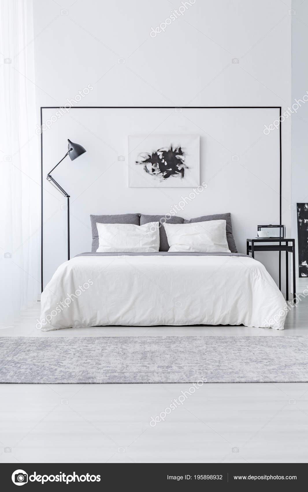 Affiche Noir Blanc Dessus Lit Entre Table Lampe Interieur Chambre