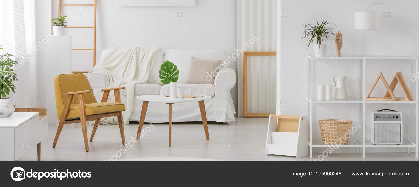 Weiße Möbel Mit Holzelementen Monochromen Wohnzimmer ...