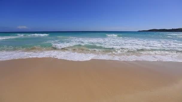 Vlny oceánu žlutá karibské pláži