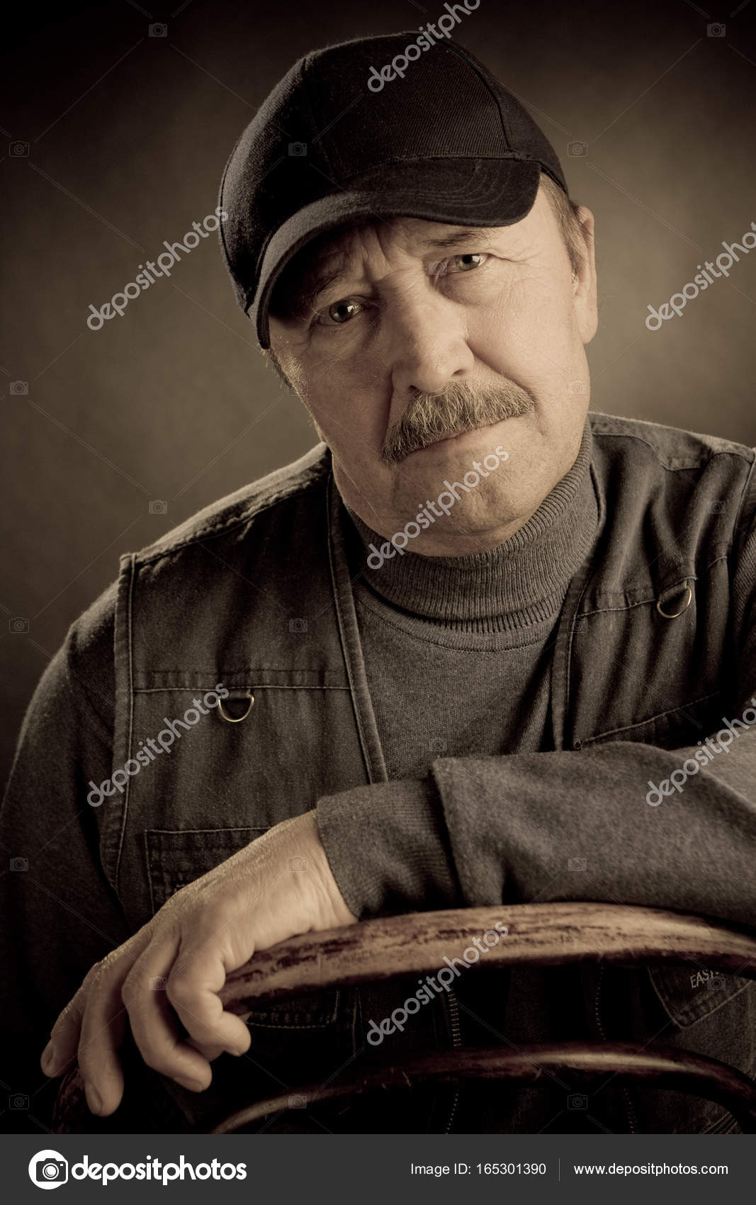 4fccdeeab49 Portrait old man in cap and vest — Stock Photo © margo soulxray ...
