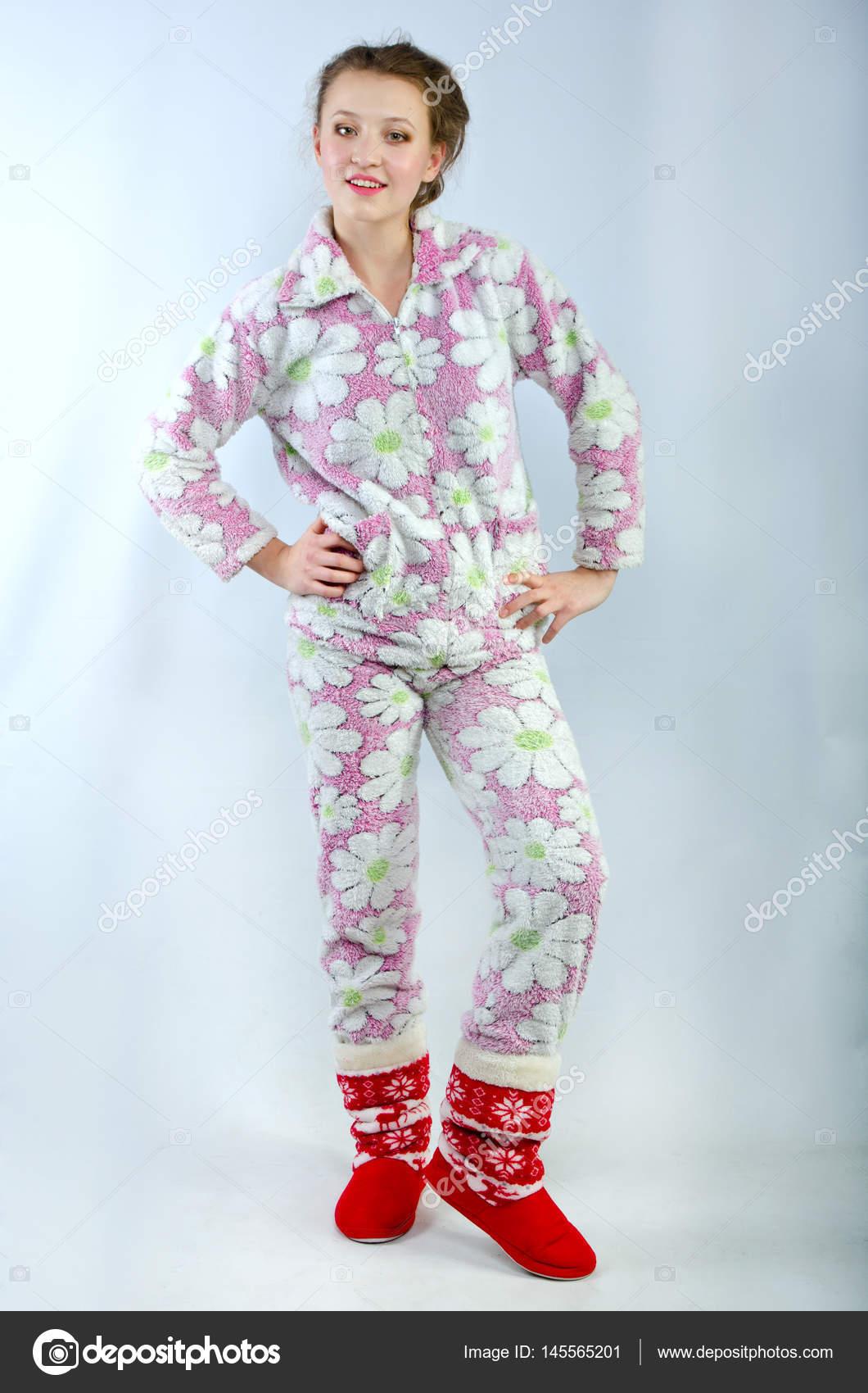 prezzo competitivo 2d7b8 97b40 Bella ragazza in pigiama — Foto Stock © uminov #145565201