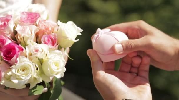 Proposta di matrimonio romantico. Anello nuziale e Rose.