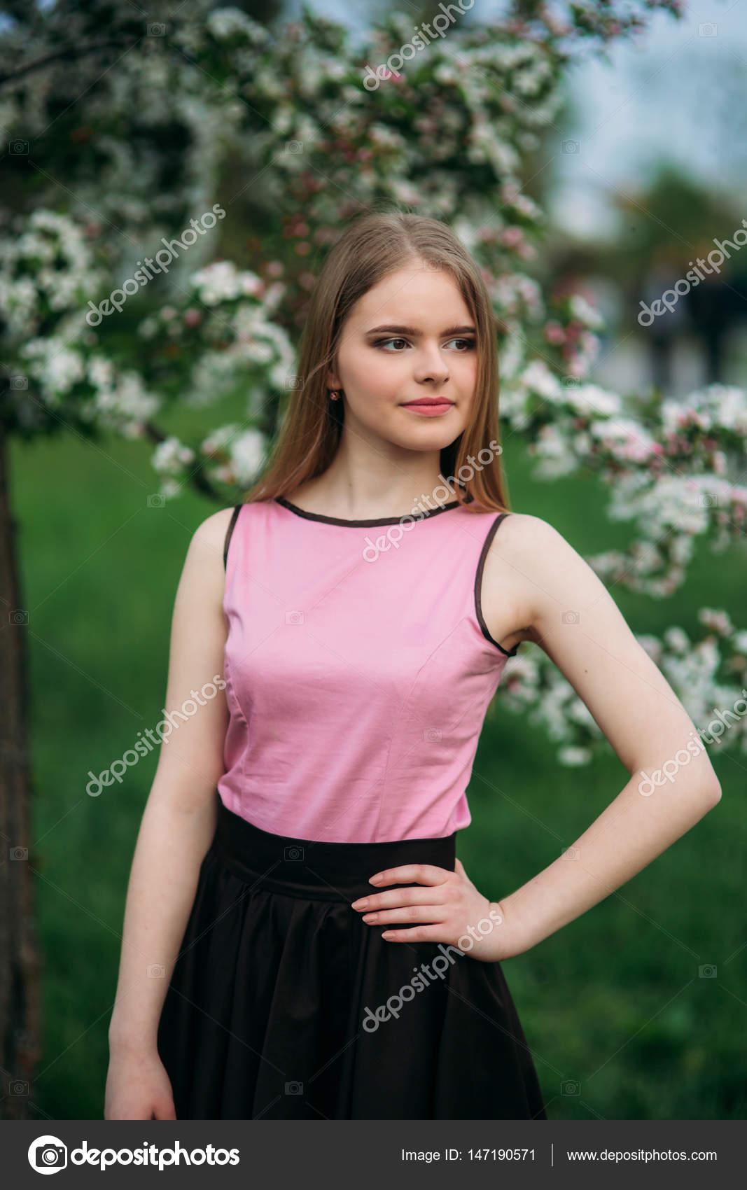 69091288c Blusa rosa y falda negra | Encantadora chica de blusa rosa y falda ...