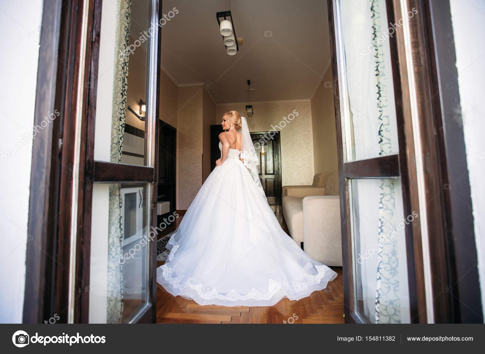 Porträt einer Braut im Hochzeitskleid. Die Braut Kleider im hotel ...